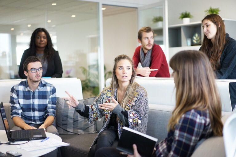 Skuteczna komunikacja – jaki ma pływ na efektywność w pracy i stres?